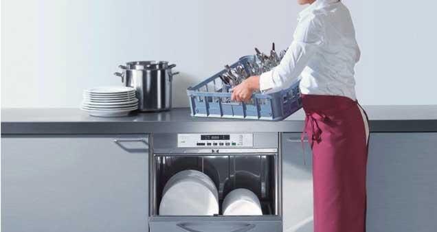 Cocinera lavando