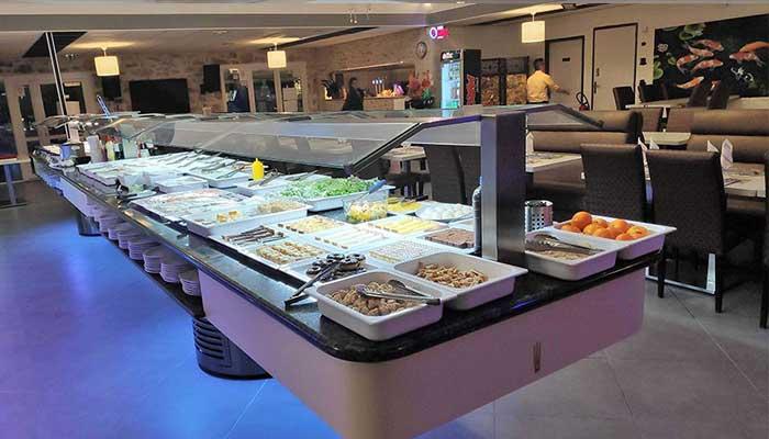 buffet bien iluminado - Cómo decorar un restaurante: La guía definitiva.
