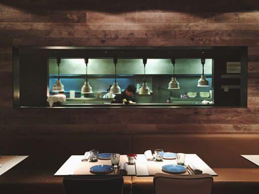 cocina descubierta 1 - Cómo decorar un restaurante: La guía definitiva.