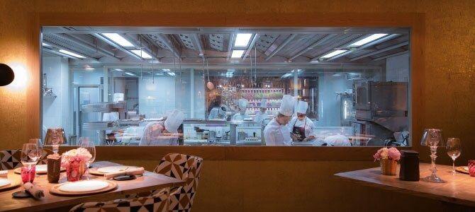 cocina visible 1 - Cómo decorar un restaurante: La guía definitiva.